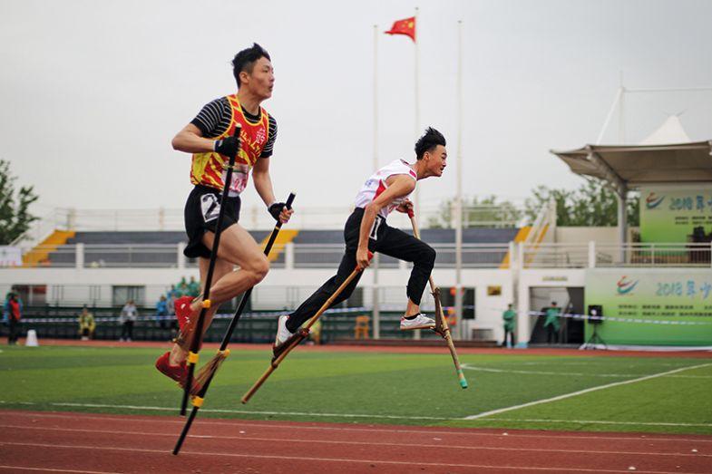 Race on stilts